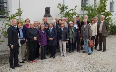 Der Freundeskreis München im Förderverein Berliner Schloss e. V. zu Besuch bei Familie Koschyk (links) in Goldkronach. Neben der Sprecherin des Fördervereins, Karin von Spaun (3. von rechts) waren auch die Buchautoren Dr. Frank Holl (4. von rechts) und Dr. Eberhard Schulz-Lüpertz (2. von rechts) mit dabei.